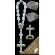 Estatua de un crucifijo con década rosario por un coche